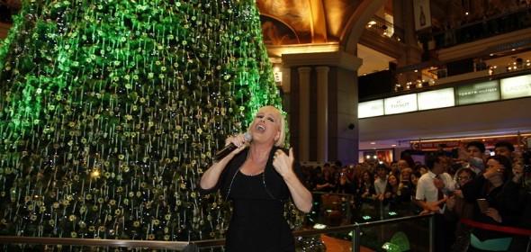 Valeria Lynch en la presentación del árbol de Navidad de Swarovski, en Galerías Pacífico